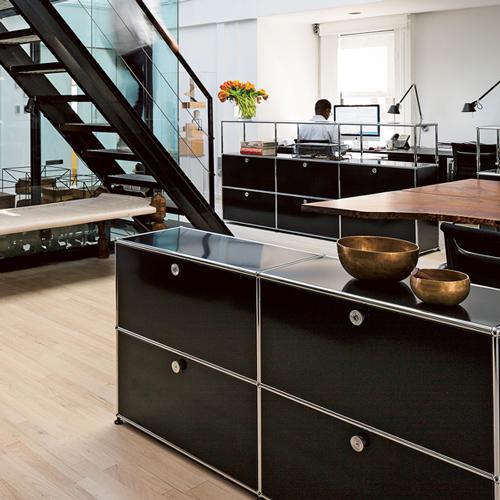 usm-sideboards-mit-dekorationen-im-buero-schwarz