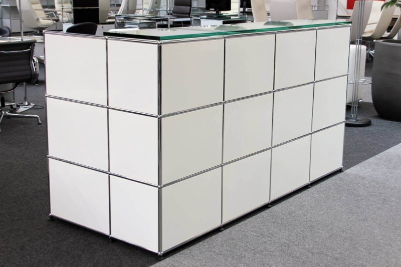 USM Haller Counter with Integrated Workstation and Privacy Panel Pure White RAL 9010