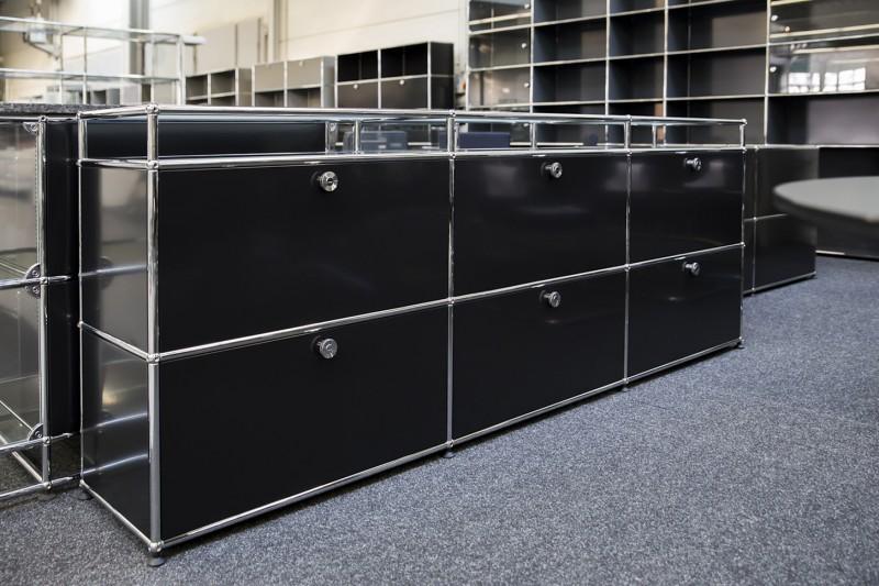 USM Haller Sideboard mit Glastablaren / satiniert Graphitschwarz RAL 9011