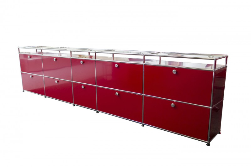 USM Haller Sideboard mit Glastablaren USM Rubinrot