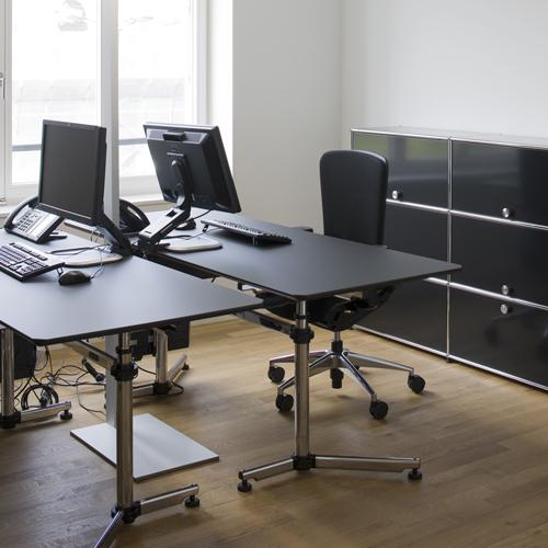 USM Kitos Tisch mit USM Haller Sideboard in Schwarz