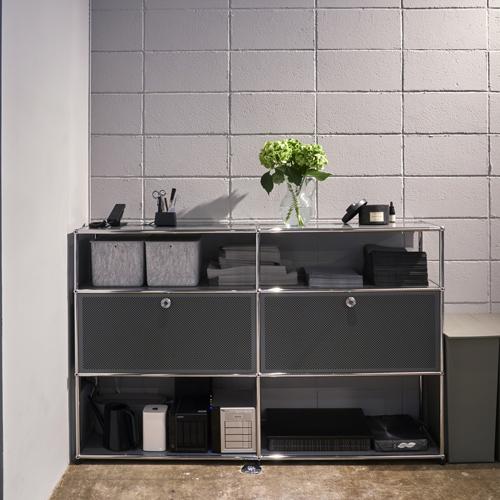 usm-sideboard-bueroraum-mitdekoration-und-arbeitsmaterialien