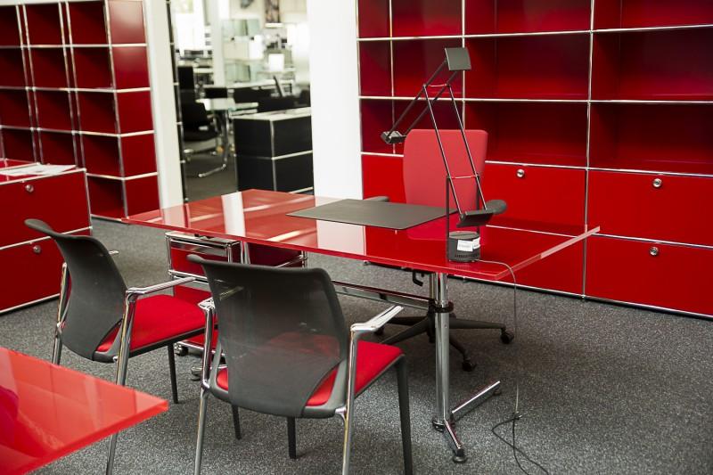 USM Kitos Schreibtisch Glas / Rot 180 x 80 cm