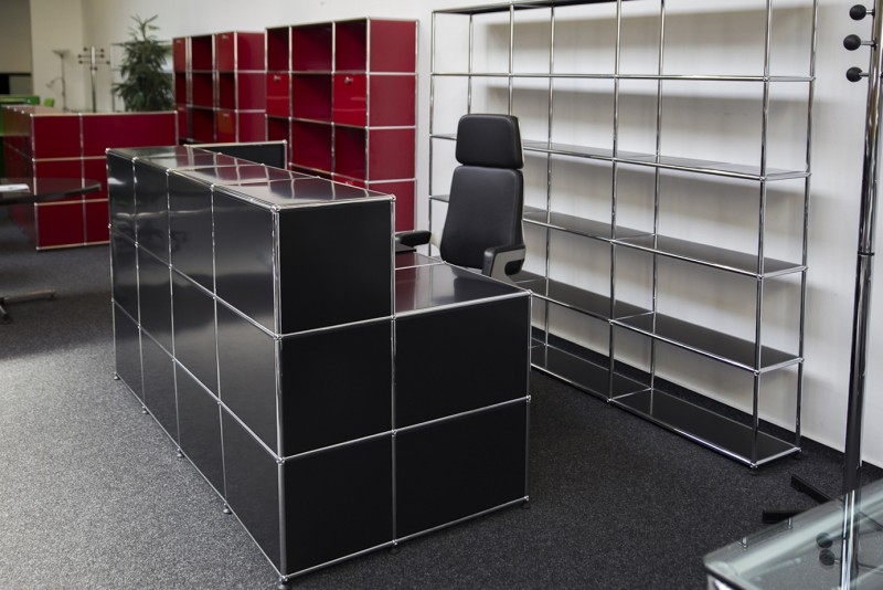 USM Haller Counter with Integrated Workstation and Privacy Panel Graphite Black RAL 9011