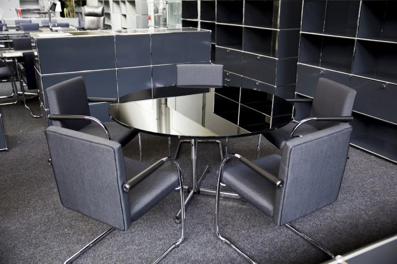 USM-Kitos Konferenztisch Glas / Schwarz Ø 130 cm