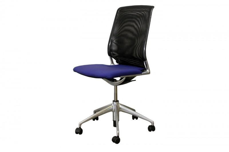 Meda Chair Bürodrehstuhl / Konferenzstuhl Netz / Schwarz Stoff / Blau